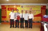 Thứ trưởng Lê Tấn Dũng trao Quyết định nghỉ hưởng chế độ BHXH đối với TS. BS Nguyễn Tiến Lý