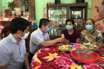 Thứ trưởng Lê Tấn Dũng: Thăm và tặng quà cho công nhân bị tai nạn lao động tại Tiền Giang