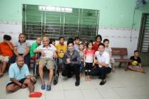 Danh ca Ngọc Sơn làm từ thiện cùng mẹ và học trò Michael Lang