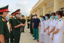 Trung tướng Trần Hoài Trung thăm và tặng quà các chốt kiểm dịch và bệnh viện dã chiến số 7