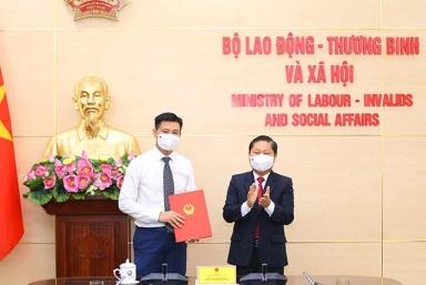 Trao Quyết định bổ nhiệm Phó Chánh Văn phòng Bộ Lao động – Thương binh và Xã hội